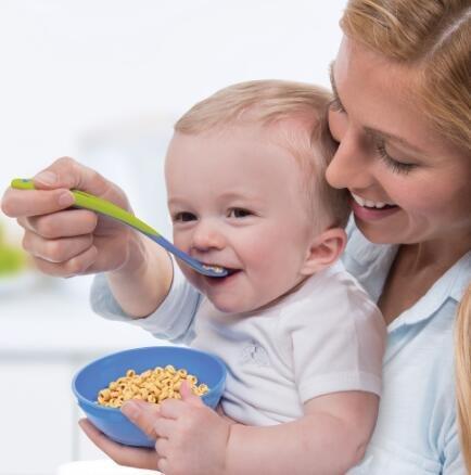婴儿辅食碗造型可爱大方,同时方便宝宝舀取食物.