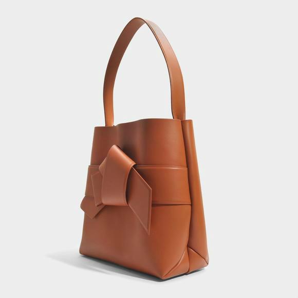 Acne Studios Sac Shopper Musubi en Cuir d'Agneau Cognac  +Sophie Hulme The Exchange E/W系列女包